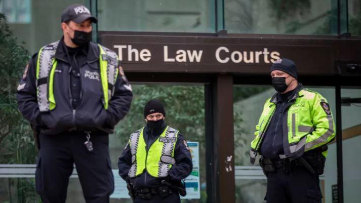 事發後,警方接報到場。圖為在3月時,多個溫哥華警員在溫市中心的卑詩最高法院外。CBC