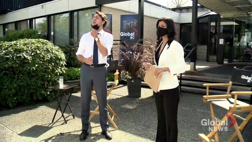 杜魯多在Global電視台門外接受訪問時,一度與在場抗議人士隔空對罵。Global News截圖