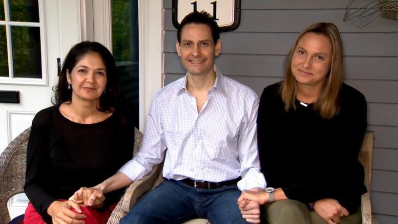 康明凱(中)在回到多倫多後,星期日與妻子納吉布拉(左)及妹妹波莎(右)於後者家中接受視像訪問。Global