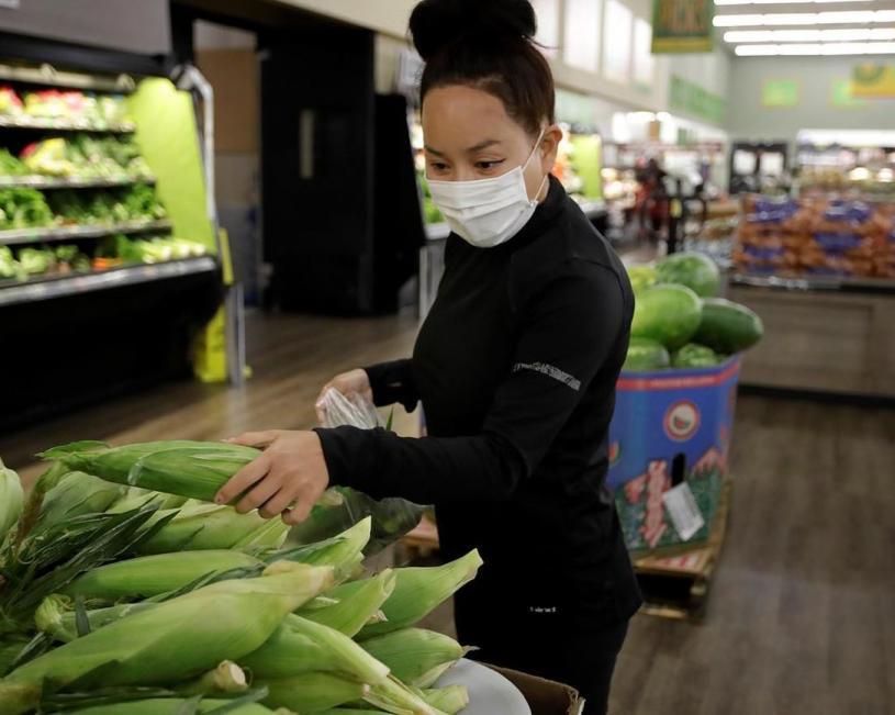 圖為去年7月,一名Instacart代購員在採購農產品為客戶送貨上門。加通社資料圖
