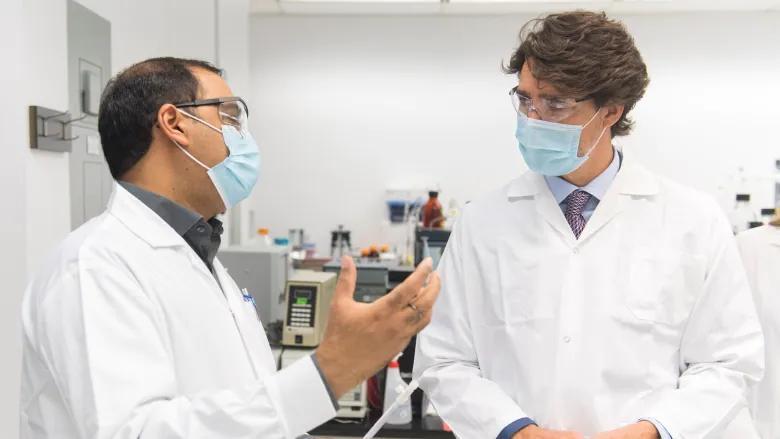 杜魯多(右)去年8月底到訪位於滿地可的國家研究委員會設施,當時與康希諾的合作已告觸礁,但總理仍稱疫苗將可投產。加通社