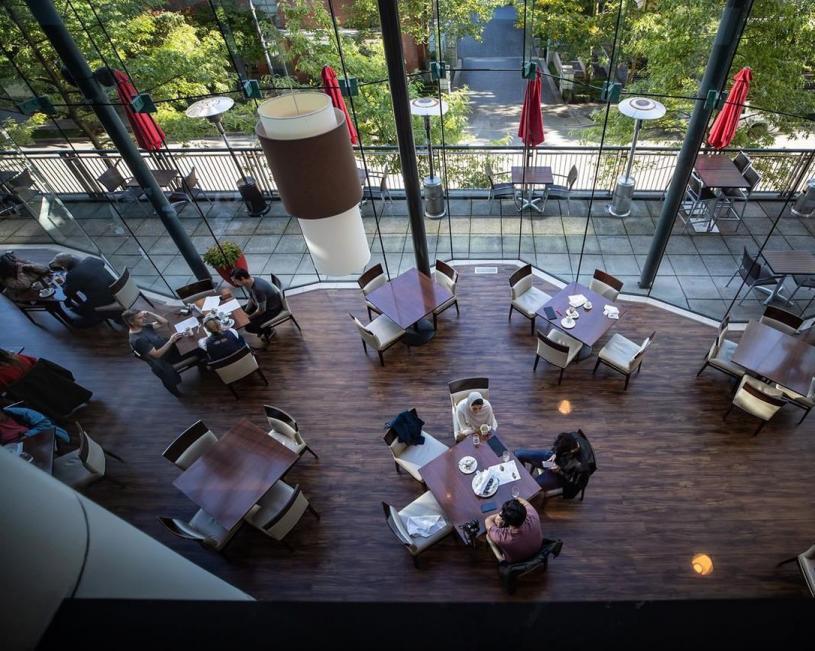 疫情下卑詩的餐館要遵守防疫要求,包括不同坐的顧客需保持社交距離。加新社資料圖片
