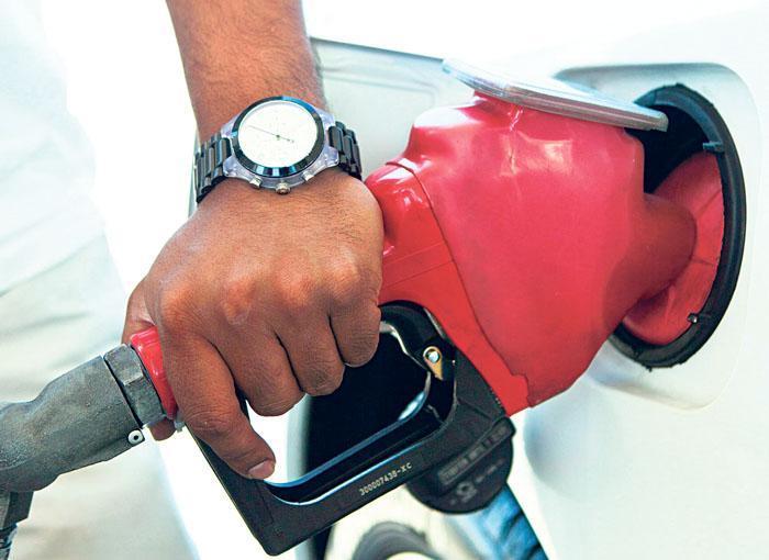 專家預計油價將突破每升2元大關。資料圖片