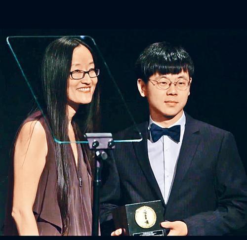 謝承霖(右)獲頒2017美國學生奧斯卡獎。