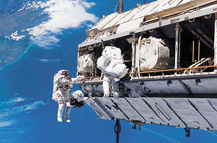 圖為國際太空站上的太空人進行太空漫步,組裝太空站部件。美聯社資料圖片