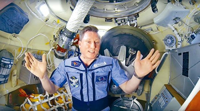 俄太空人普羅科皮耶夫,上月拍片交代如何找到破洞。 美聯社