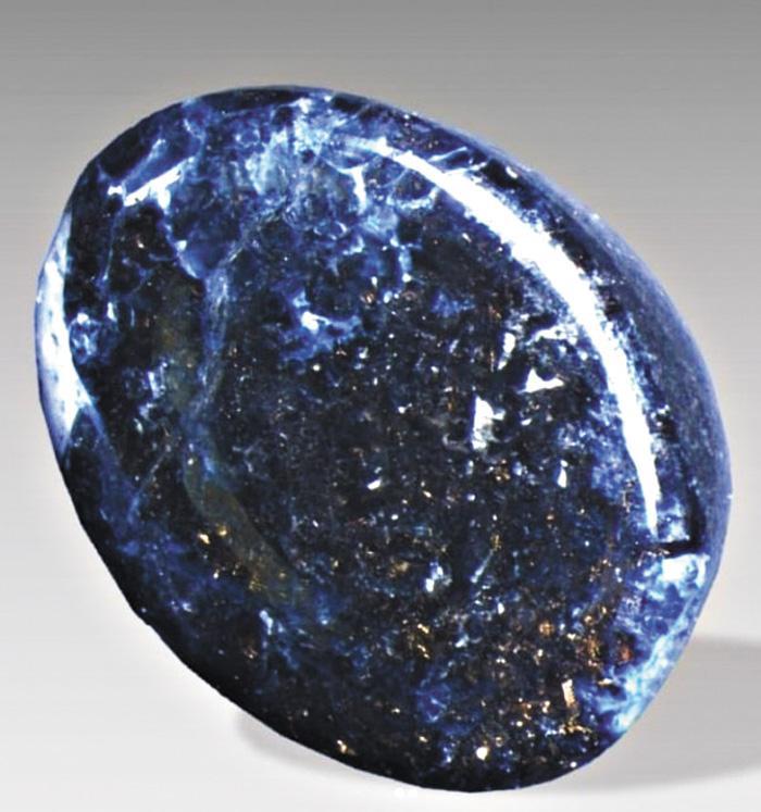 「迦密石」藏身於藍寶石之中。網上圖片