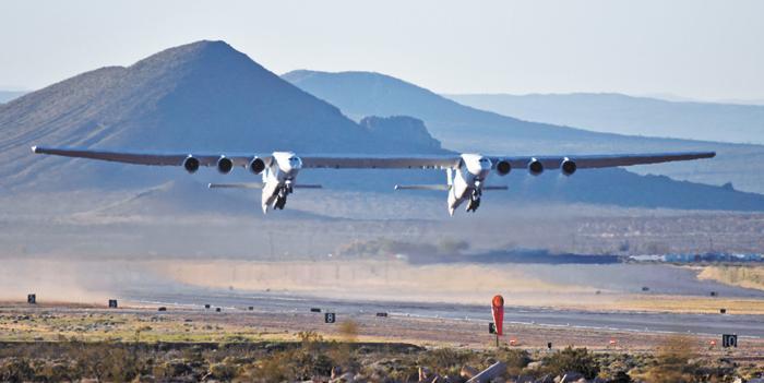 全世界最大的巨型噴射機13日於洛杉磯北部沙漠首次試飛成功。 路透社