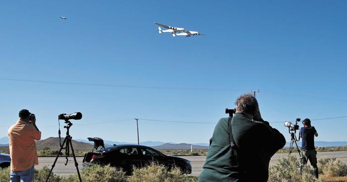 現場聚集攝影師和航空愛好者。路透社
