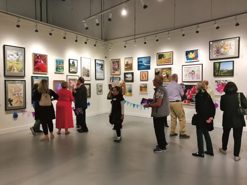 ■市民在閉幕禮結束後參觀畫展。