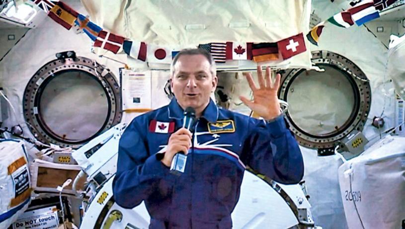 ■聖雅克上周三在太空站參加最後一次太空記者會時,向觀眾揮手致意。加通社