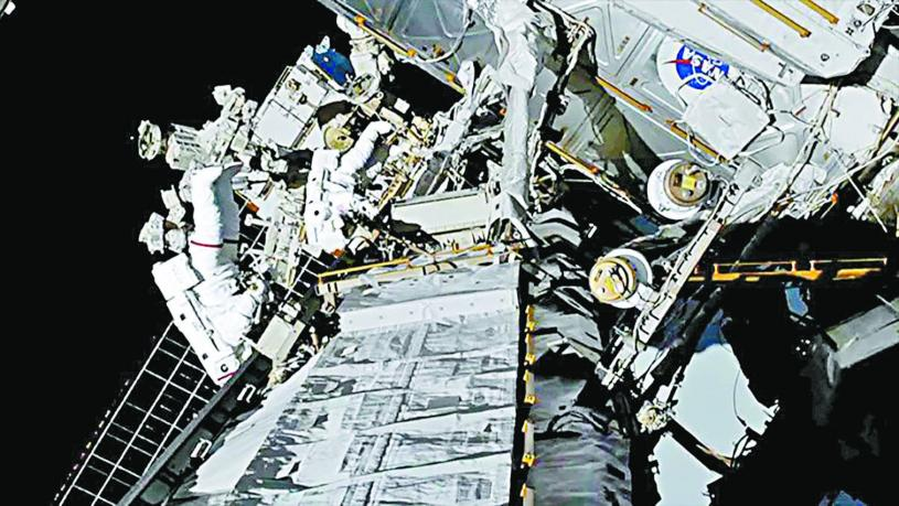 視頻截圖顯示,NASA女太空人科赫與梅爾18日完成了史上首次「全女性太空漫步」。路透社