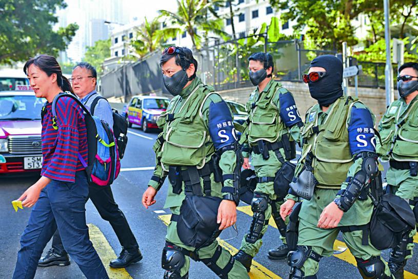 ■逾一百五十名來自海關及入境處的第二批特務警察,正式外出執勤 。 李睿哲攝