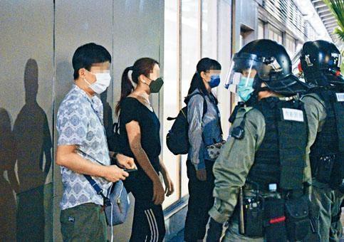防暴警在新城市廣場截查一批可疑人士。