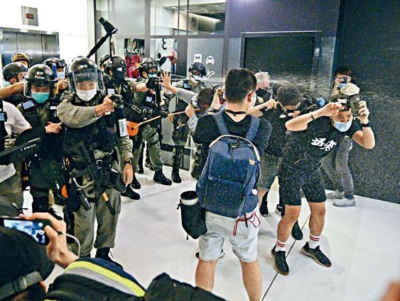 防暴警在新城巿廣場,向聚集不願離開的人群施放胡椒噴霧。