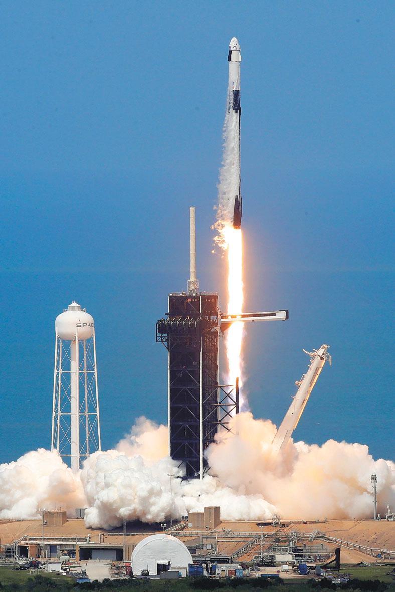 SpaceX的「龍」飛船30日成功發射升空。這是自2011年以來美國首次使用國產火箭從本土將太空人送往太空站。美聯社