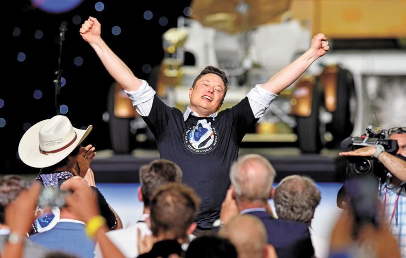 SpaceX的CEO馬斯克高舉雙臂歡呼慶祝。路透社