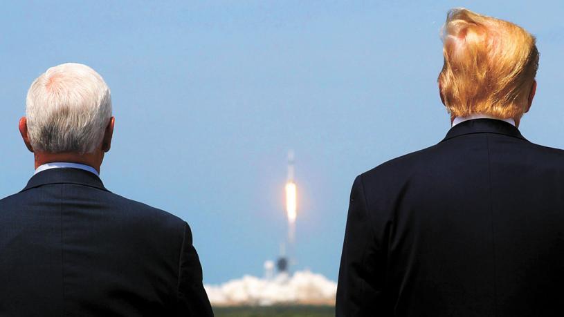 美國總統特朗普(右)與副總統彭斯在現場觀看了火箭發射。路透社