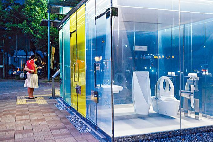 東京澀谷一個公園的透明公廁。
