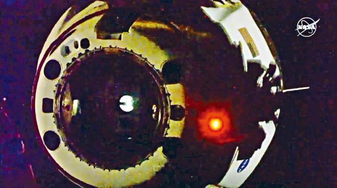 「龍」飛船上周六與國際太空站分離。