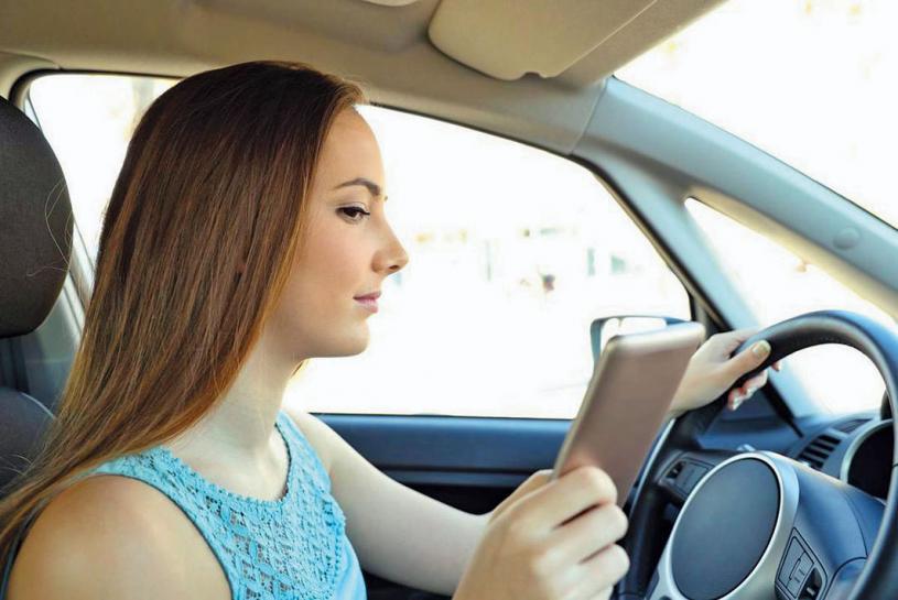 ■民調顯示,逾7成司機稱在駕駛時會作出認為安全的分心行為。 星報/DREAMSTIME