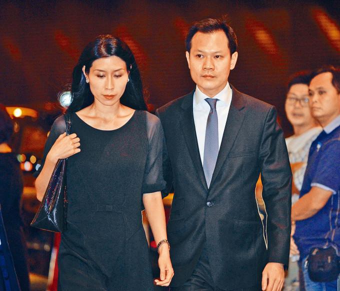 郭榮鏗與妻子先後飛抵加拿大。