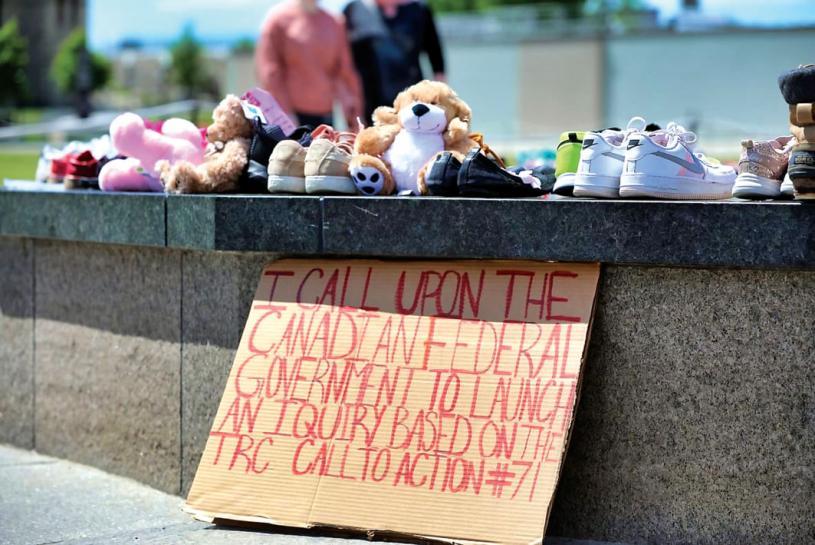 ■到訪國會山的遊客攜帶童鞋和玩具,紀念原住民寄宿學校逝去的215名兒童。 CBC