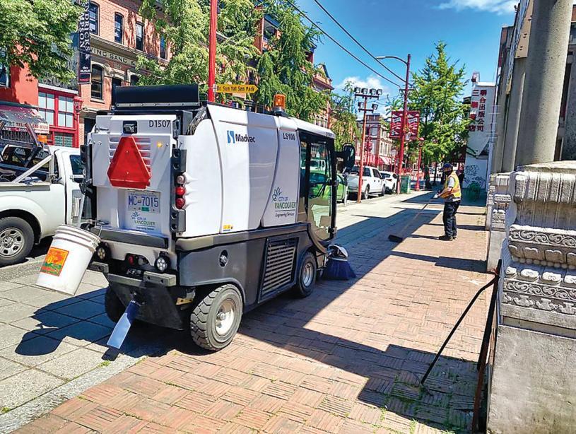 ■市府人员和车辆清扫华埠街道。受访者提供