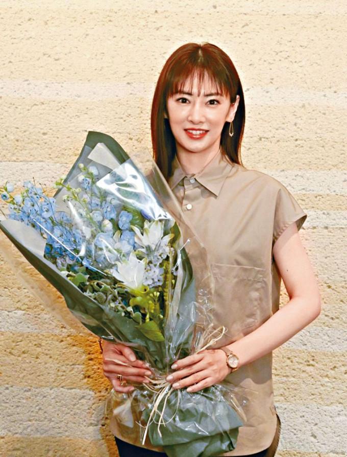 北川景子演出的《離婚活動》煞科,她獲送上花束。