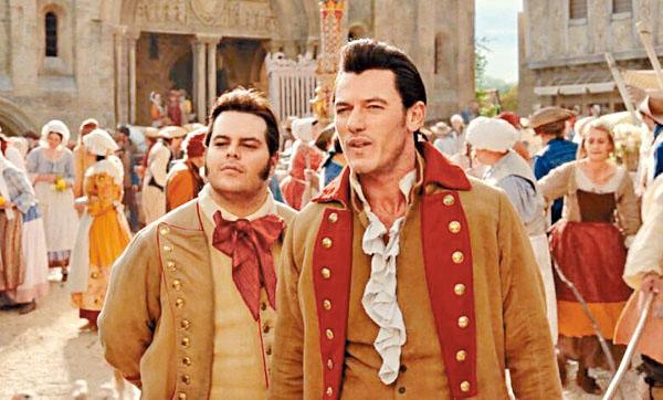 Luke飾演的加斯頓(右)和Josh飾的來富在電影中有曖昧之情。