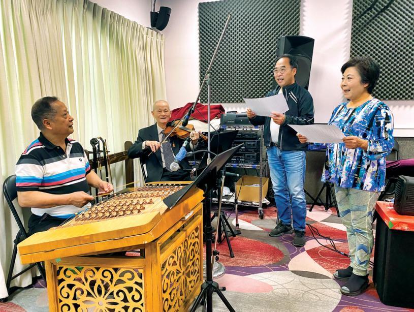■左起:粵劇社成員楊海城、林覺聲、周鍵棠、吳慧明在一起練習粵曲。