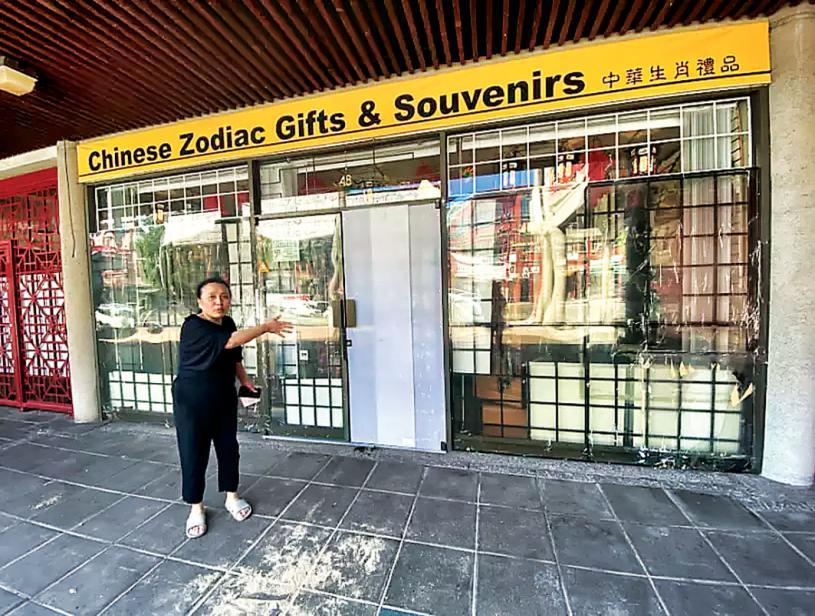 ■陈碧恒的纪念品店店门被烧毁后以塑料板代替。