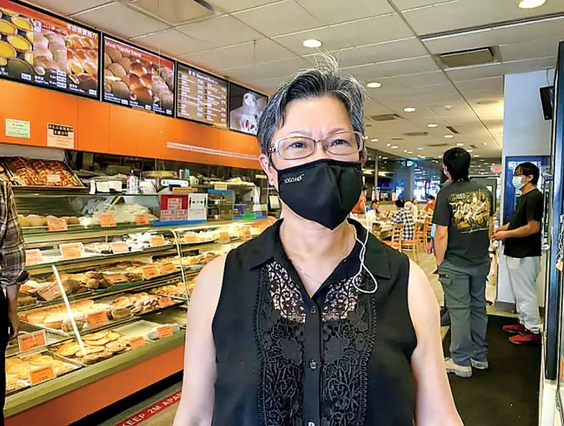 ■新城饼家东主吴太表示华埠人流量有回升。