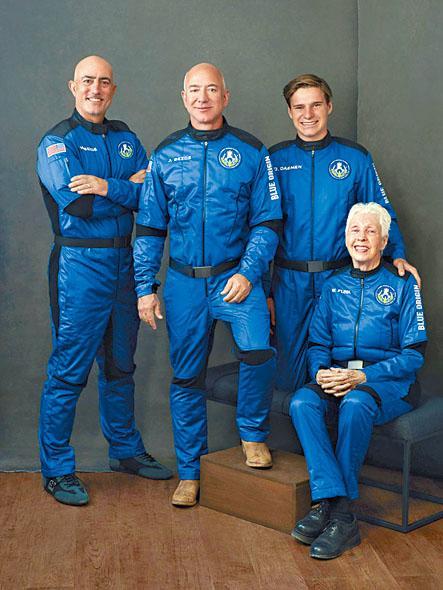 (右起)芬克、奧利弗、貝佐斯及其弟馬克穿上飛行服。 美聯社