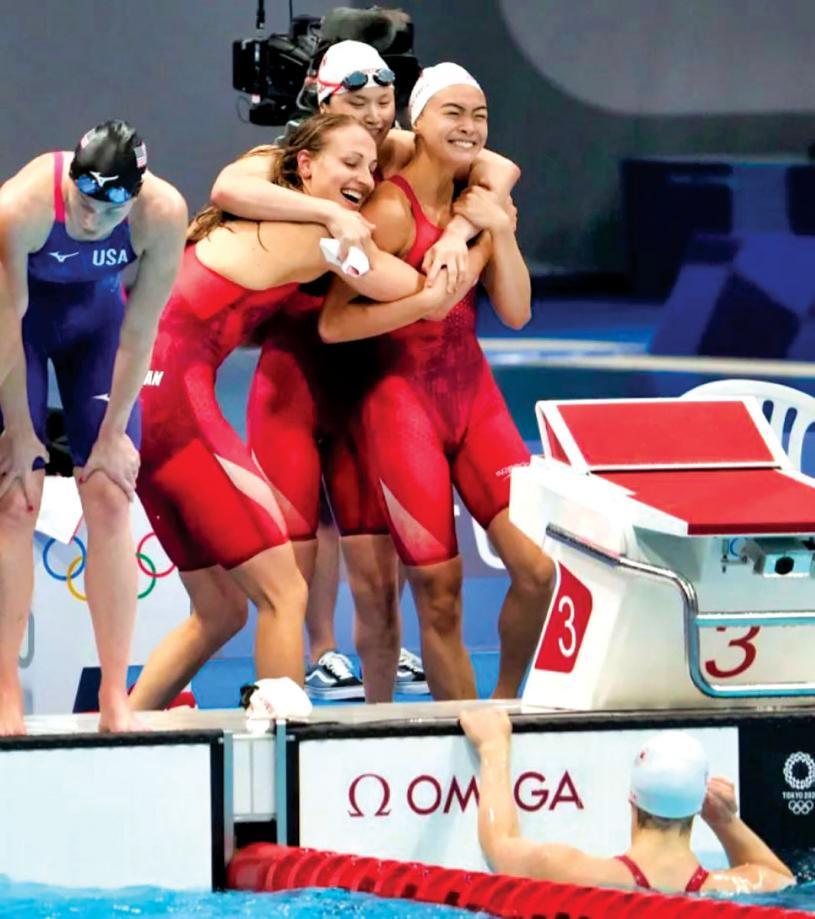 加拿大女子4x100米自由泳接力隊員在獲得東京奧運首枚獎牌後慶祝。
