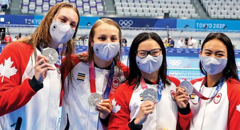 從左到右,奧萊克夏克、史密斯、瑪姬麥克尼爾和桑切斯在獲得4x100自油泳接力賽銀牌時合影。路透社