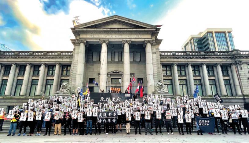 ■溫哥華藝術館廣場舉行的「元朗黑夜」快閃紀念活動。