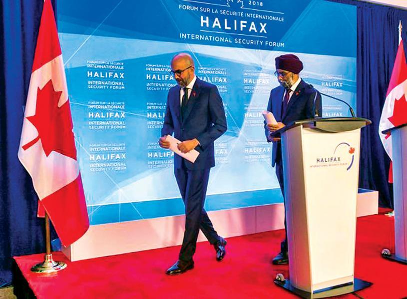 ■右至左: 加拿大國防部長石俊和哈利法斯國家安全論壇主席范普拉共同出席2018年的論壇。加通社資料圖