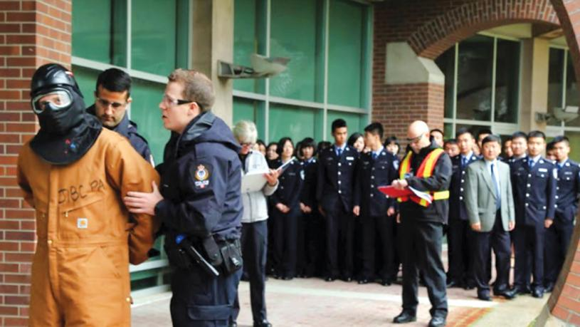 ■溫哥華警員向JIBC的中國學生展示如何使用武力戰術。JIBC