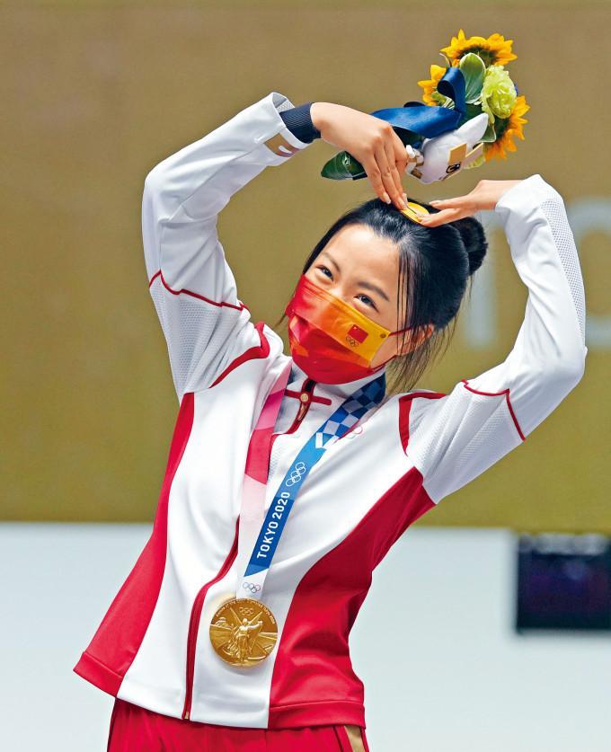 楊倩奪金後在頒獎台做出心形動作,即被網民封為新一代「可愛教主」。