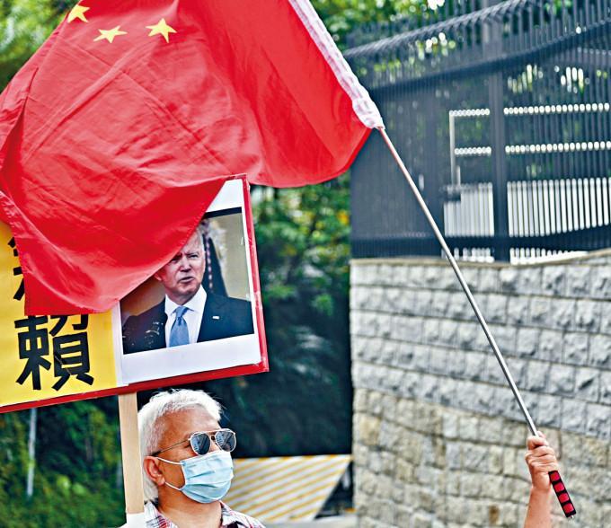 反美濫權大聯盟及保衛香港運動昨到美國領事館請願,抗議美國無理制裁。