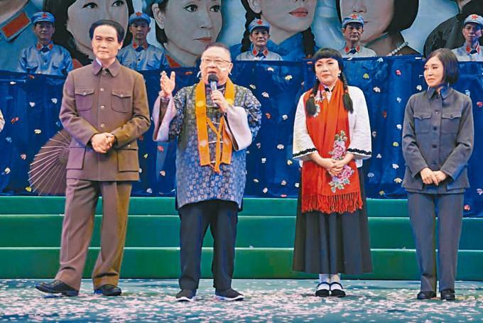 李居明(左二)自言為選角而頭痕。