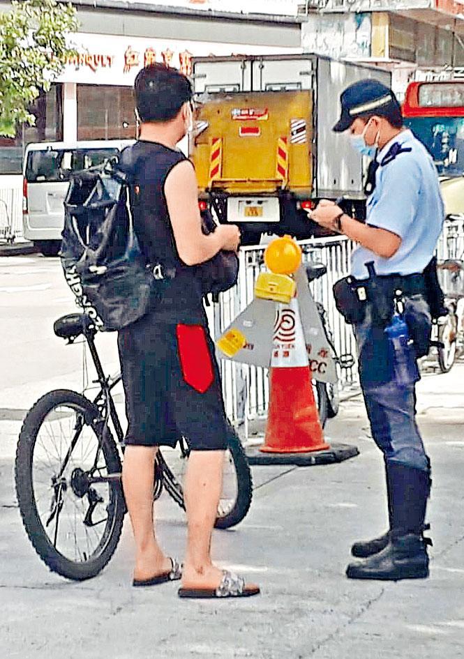 元朗警方展開針對違法踩單車之執法行動。