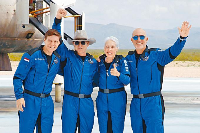 貝索斯(左二)與德門(左一)等共四人,上周二同遊太空邊緣後成功返航。