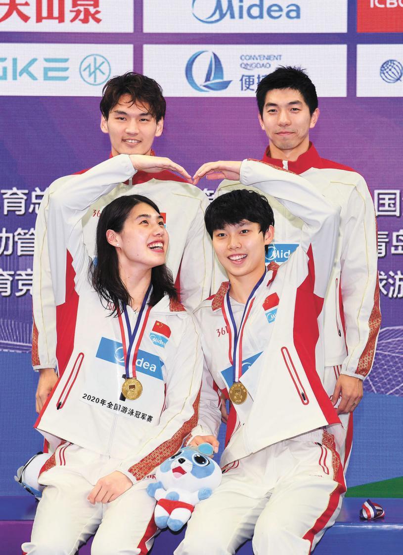 ■徐嘉余(上左)、閆子貝(上右)、張雨霏(下左)和楊浚瑄組成的男女4×100米混合泳接力,實力強勁。新華社