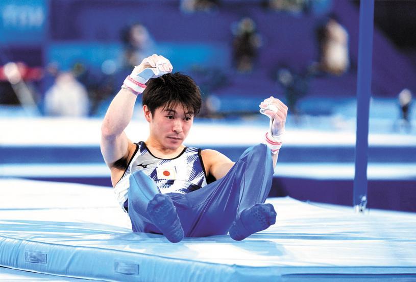 內村航平在奧運會男子體操資格賽單槓項目中從單槓上摔下,無緣決賽。美聯社