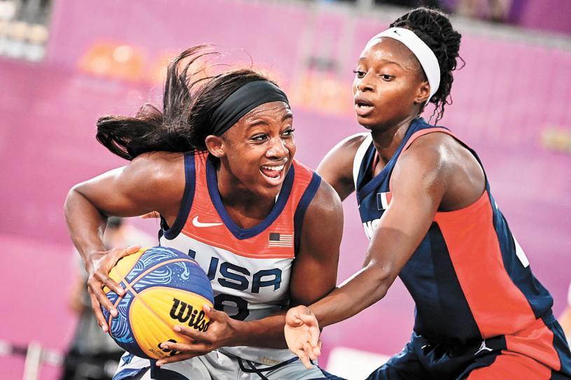 ■在三人籃球等團體項目中,美國隊取得了勝利。圖為美國選手(左)與法國選手在女子三人籃球賽中爭搶。法新社