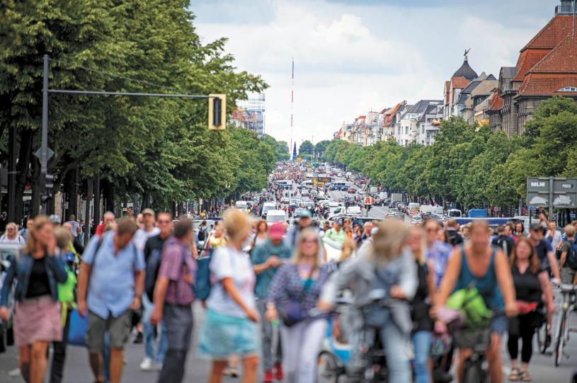 約5000名反對防疫封城的德國民眾不顧法院裁定的抗爭禁令,8月1日聚集柏林街頭並與警方爆發衝突。美聯社