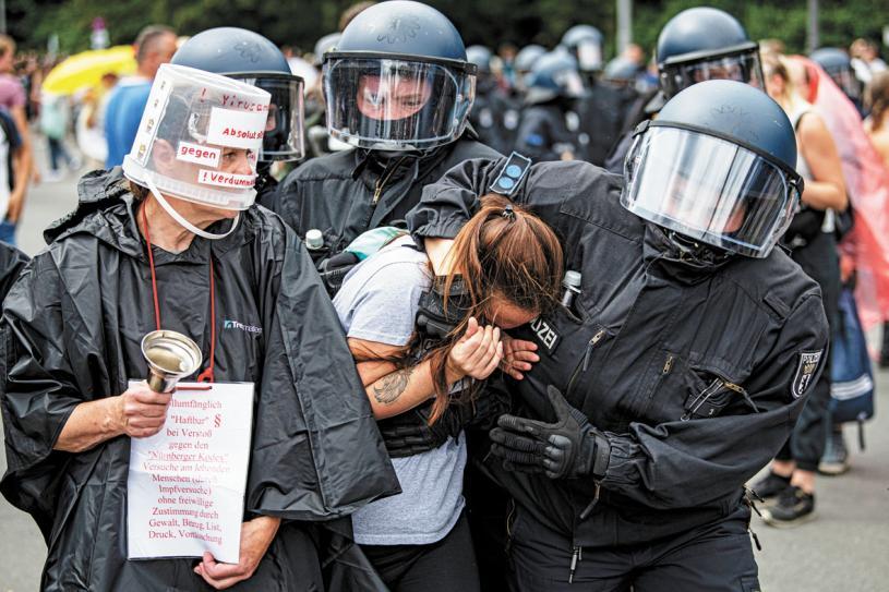 圖為警方逮捕一名示威者。美聯社