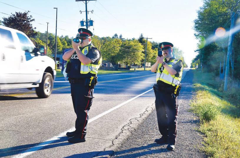 ■警員在校區內偵測車速。星報資料圖片
